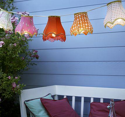 Schirmherrschaft  Eine einfache Partylichterkette wird mit nostalgischen Nachttischlampen-Schirmchen schnell fein gemacht. Sie finden solche kleinen Schmuckstücke in Trödelläden