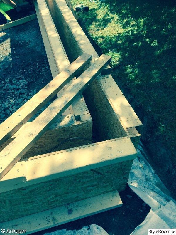 Gräsmattan tas bort där vi tänkt bygga vårt växthus.