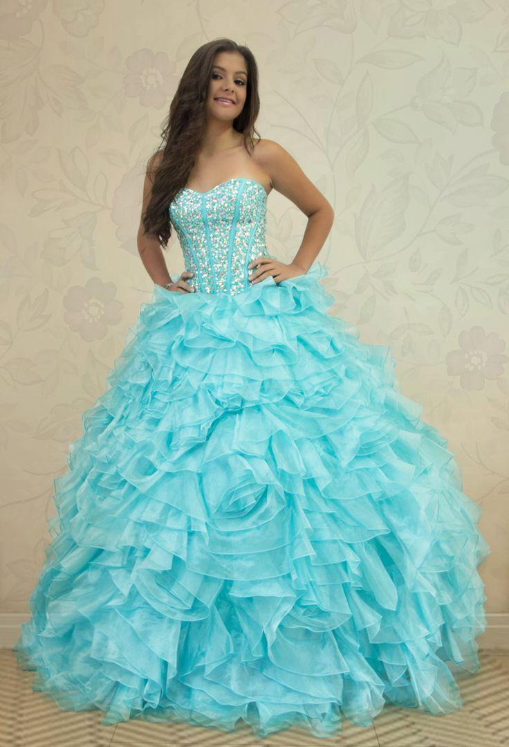 REF.2-30 Vestido de quinces color azul cielo en boleros,  con lentejuelas,  pedrería y canutillo en la  parte superior,  con amarre tipo corset en la parte de atrás del vestido.