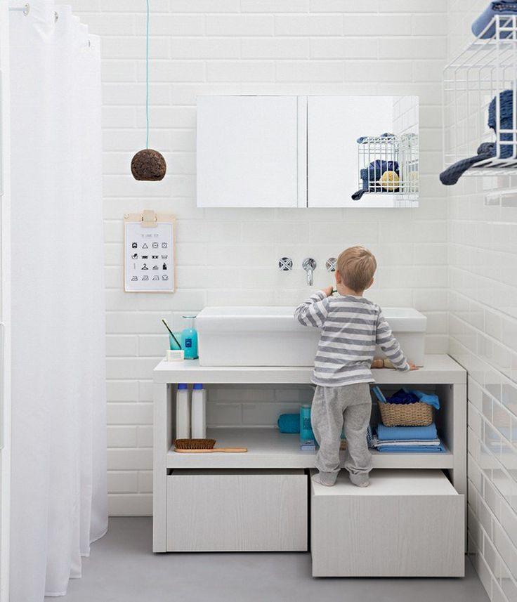 meuble sous-vasque blanc de design fonctionnel muni de grands tiroirs et compartiment ouvert