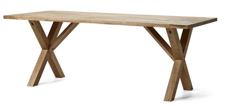 Stabilt oljat ekbord med kryssunderrede och generös yta. Välj mellan bord helt i ek eller med skiva i ek och lackat underrede. Finns i två storlekar. Komplettera gärna med tilläggsskiva.