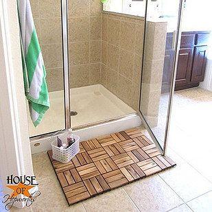 Use telhas de convés para fazer um tapete de banho ou para forrar o chão do seu pé-no chuveiro. | 17 Gorgeous Bathroom Upgrades That Only Look Expensive