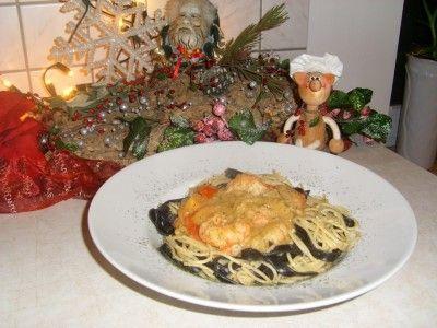 Pasta: duo van spaghetti en tagliatelle nero di seppia vergezeld van scampi's in een romig zalmsausje is een lekker recept, Een leuke kleurcombinatie van pasta.