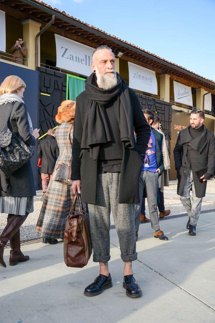 """ピッティウオモといえば、年に2度だけ行われる世界規模のメンズファッションブランド展示会だ。コレクション会場と違い、ビジネスのために世界各国からファッション業界を牽引するバイヤー達が集う場でもあるため、リアルな最先端のビジネススタイルをチェックできる。今回も、2017年1月に行われた""""ピッティウオモ 91″にフォーカスして注目の着こなし&アイテムを紹介! 大判ストール×ネイビースーツスタイル ボリューミーなグレーの大判ストールに、コーデュロイのネイビーコート、ネイビースーツを合わせたスタイリング。パンツの裾はダブル仕立てのアンクル丈に設定し、タッセルローファーを合わせて抜け感を演出。 JOHNSTONS(ジョンストンズ) ストールウールチェックマフラー スコットランド最古の生地メーカーとして知られるブランド「JOHNSTONS(ジョンストンズ)」。チェック柄が豊富に存在するスコットランドからインスピレーションを受けたデザイン。柔らかで上質なメリノウールを使用したストール。 詳細・購入はこちら チェスターコート×ブラックジャケット×ホワイトパンツ…"""