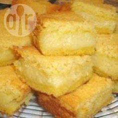 Bolo cremoso de fubá: 4 xícaras (chá) de leite 3 ovos 40 g de manteiga 2 xícaras (chá) de açúcar 3/4 xícara (chá) de queijo ralado 1 1/2 xícara (chá) de côco ralado 1 xícara (chá) de fubá 2 colheres (sopa) de farinha de trigo 1 colher (sopa) de fermento em pó 1 pitada de sal