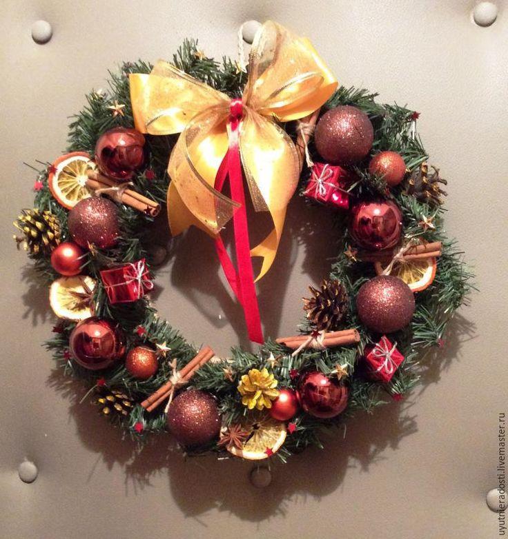 Совсем недавно я поняла, что праздничное настроение можно и нужно создать, даже если за окном нет пушистого снега. Уже несколько лет я делаю своими руками рождественские веночки и гирлянды, которые приносят в дом радость, новогодние ароматы и, конечно же, правильное настроение! На тему создания рождественских венков уже достаточно много написано. Вот и я решила поделиться с вами своими…