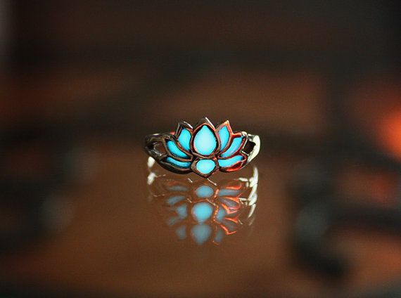 A beautiful Lotus Flower Toe ring made of Silver Sterling .925 and it glows in the dark. The sun will charge the toe ring in a few mintues and it last for hours!