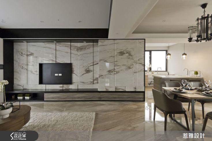 結合現代奢華的時尚品味,以及簡約內斂的典緻氛圍,以新東方風定位的 53 坪空間,結合墨染般的石面紋理、手工染色木皮,以及靚黑鐵件線條,勾勒經典舒適魅力,精品級生活華麗上演!同時容納客廳與餐廳的公領域,以開放式設計營造寬廣的空間感,電視牆將石材質具藝術性的墨紋,恣意揮灑於大幅牆面上,沙發背牆則利用木皮