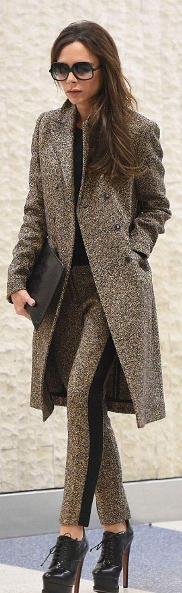 Victoria Beckham: Sonnenbrillen – Cutler und Gross Coat und Hose – Victoria Beckham Collection Schuhe – Alaia
