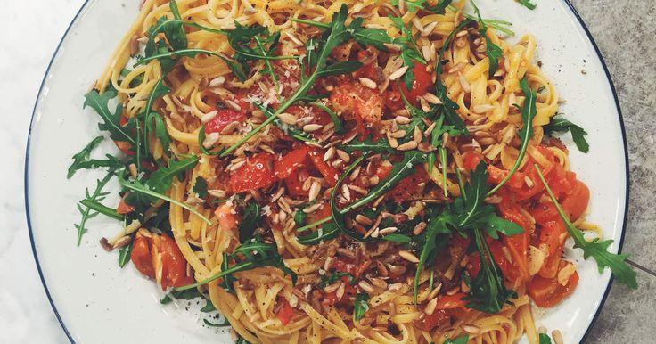 Smörig linguine med färska tomater, vitlök, solrosfrön och ruccola | Recept från Köket.se