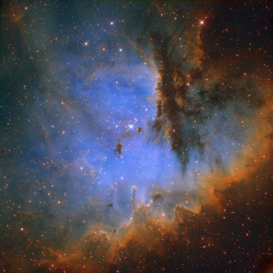 Pacman köd  NGC 281, a Pacman köd, egy csillagkeletkezési régióban található, mintegy 9200 fényévnyire felé Cassiopeia csillagképben. Azt is elhelyezett mintegy 1000 fényévre síkja felett a Tejút, amely lehetővé teszi számunkra, tiszta kilátás nyílik a régió ne akadályozzák a gáz és por a mi galaxisunkban.  A köd fekszik IC 1590, fiatal, nyitott csillaghalmaz, amely hatáskört NGC 281 fénye. Stellar szelek és sugárzás a csillag is felelős faragás távol környező por és gáz, alakításában köd és