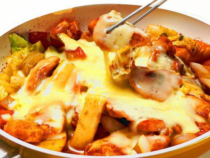 タッカルビ(ダッカルビ)とは、鶏肉を甘辛く炒めた韓国料理のこと。ヤンニョムと呼ばれるコチュジャンベースのタレで、鶏肉と野菜を炒め焼きにします。フライパンン1つでできるので、家庭でも簡単に作れるのが嬉しいところ。今回紹介するのは、タッカルビにとろけるチーズを重ねた、とろとろチーズタッカルビのレシピです。