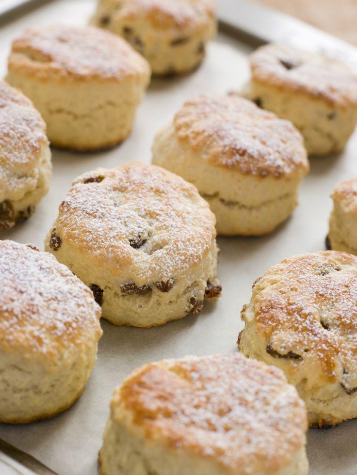 Scones zijn onmisbaar bij een high tea of 'standaard' zoete Engelse brunch of lunch. De zoete broodjes eet je traditioneel met clotted cream en jam, of met lemon curd. Je kunt ze natuurlijk kopen bij de bakker, maar zelf maken is een stuk leuker! Verwarm de oven voor op 200 graden. Meng het bakmeel, het …