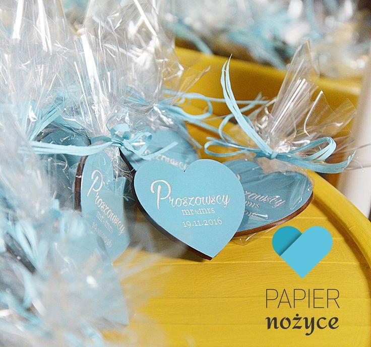 Błękitne magnesy ślubne/ prezent dla gości. Z grawerowaną personalizacją ♥ Więcej na http://papier-nozyce.pl/