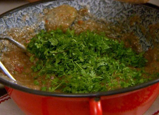 Csicsóka pástétom 40 dkg csicsóka,1 fej vöröshagyma,fél pritamin paprika,2 ek zsír Ízlés szerint:turbolya,kakukkfű,1 tk borsikafű ,paprikakrém ,só.főzés után pürésítjük