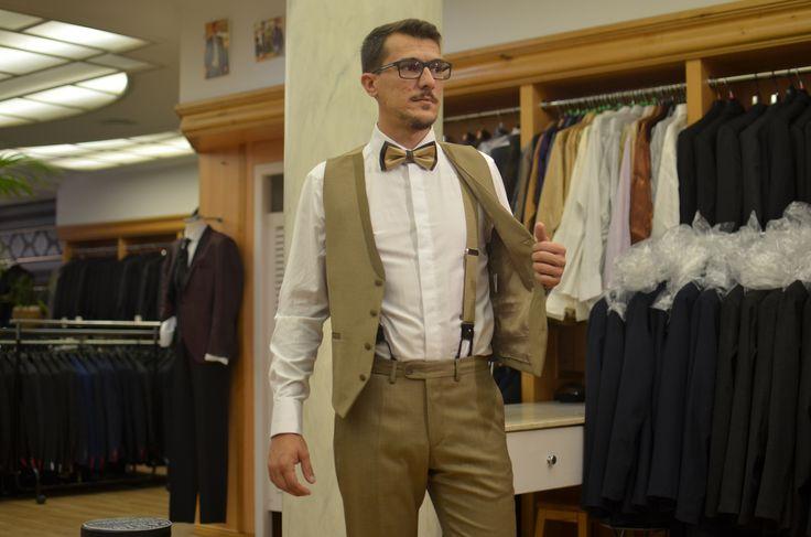 Detalle de los tirantes con botón interior, sin pinza en línea con el aire vintage del traje.