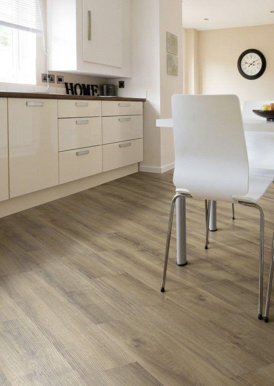 Eiken pvc vloer met houtlook diagonaal gelegd. Warm solid oak. Bijzonder geschikt als sfeermaker in de ruimte is deze donkere eikenvloer. Trek de warme kleur door in meubelen en accessoires. Zo voelt u zich direct thuis.