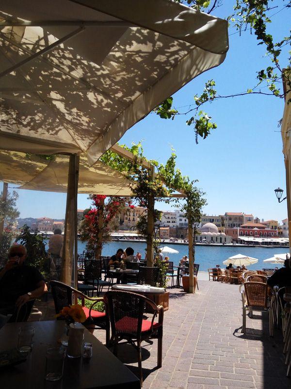 Café por la mañana en el puerto de Chaniá
