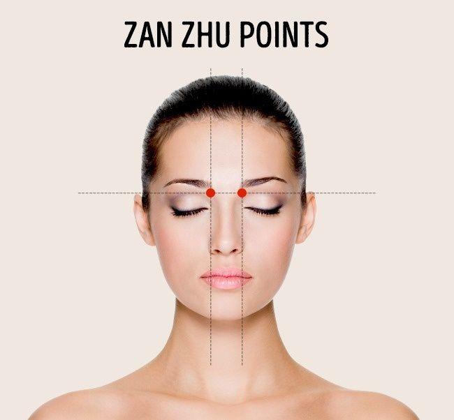 Ces points symétriques sont situés à la base du bord intérieur des sourcils. Masser cette zone soulage également un nez qui coule et améliore l'acuité visuelle. Massez pendant 1 minute en pressant ou en faisant des mouvements circulaires.