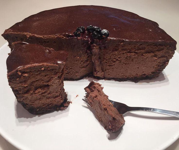 А вот и он, шоколадный чизкейк, который я вчера ночью готовила. Ох и вкусный)✌️☕️ А вот рецептик: ✅ Для основы: 150 г крошки шоколадного печенья (около 1,5 стакана);  75 г растопленного сливочного масла. ✅Для начинки: Внимание: все ингредиенты должны быть комнатной температуры, это принципиально важно! 350 г темного шоколада; 700 г сливочного сыра (Альметте, Рама крем Бонжур, Вико, Хохланд, Филадельфия); 1 стакан сахара;  3 больших яйца; 1 стакан сметаны; ✅ Для глазури:  100 г (...