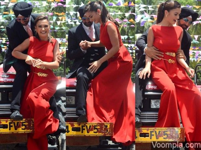 Akshay Kumar saves Amy Jackson from falling down from a tractor