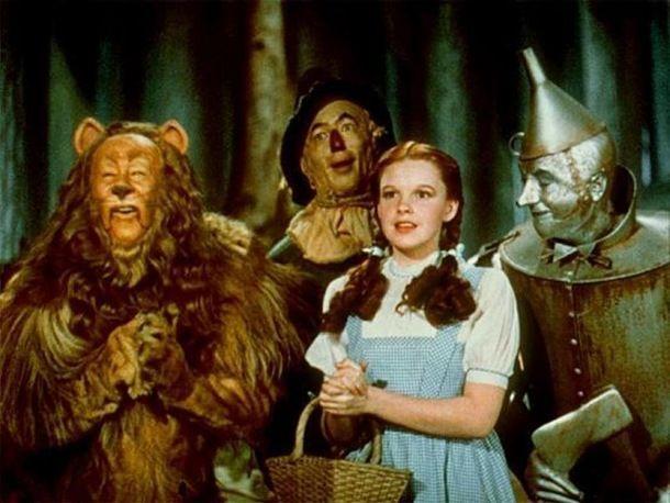 """La robe bleue de Dorothy, personnage du """"Magicien d'Oz"""" jouée par Judy Garland, a été v..."""