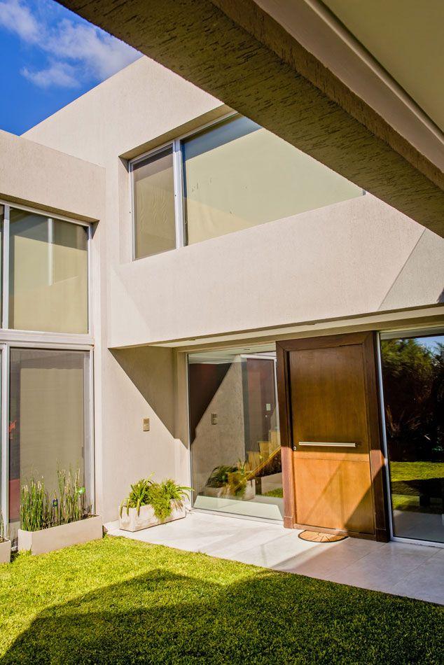 BERAZATEGUI. Integración, amplitud, transparencia y fluidez, son las premisas que guiaron la mano de los arquitectos Diego Ameal y Mariana Gizzi, de Cosasmínimas, para trazar esta casa en la que los ambientes se organizan formando una línea continua.