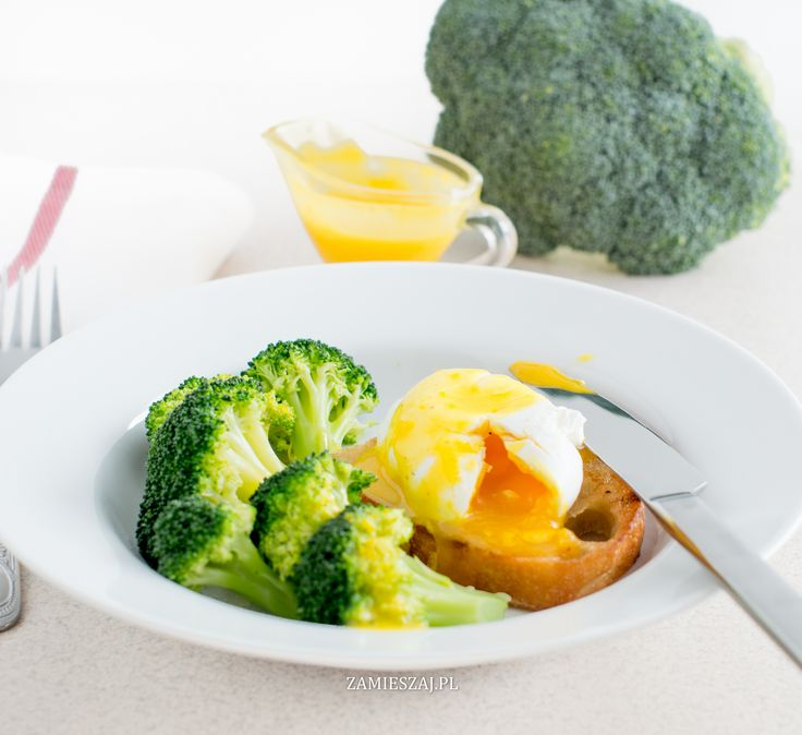 Poached egg  with hollandaise sauce and broccoli
