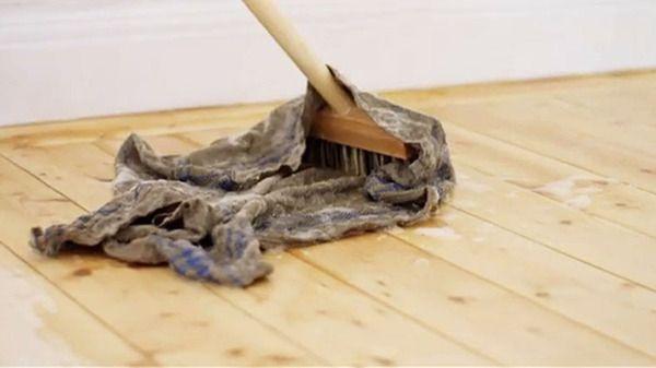 Ernst Kirchsteiger visar hur man behandlar trägolv med såpa.