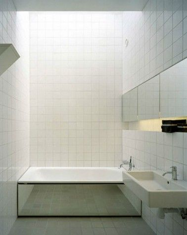 Petite salle de bain carrelage blanc tablier baignoire en miroir