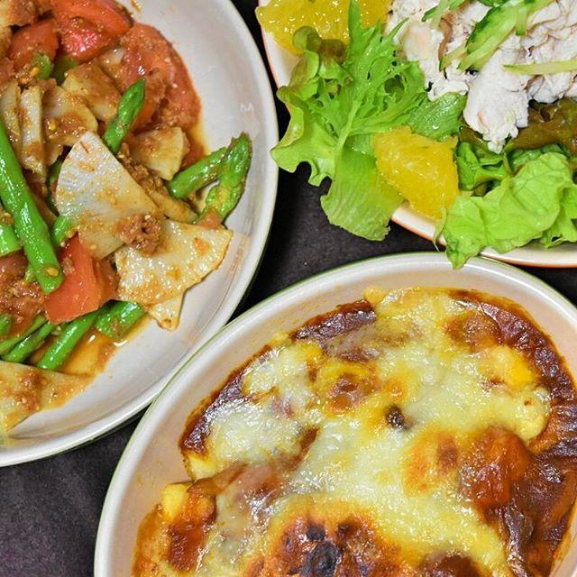 いつかのハヤシのルーを、グラタン風に。撮影する時に沈んでしまったんですけど、ルーの下に、木綿豆腐をさいのめに切って、小麦粉と片栗粉の衣を付けて、揚げたものが入ってます‼。 #おうち#おうちごはん#夜ごはん#夕食#今日の夕食#ばんごはん#晩ご飯  #晩御飯#うつわ#ルクルーゼ #japanesefood#instafood#instacook  #cooking#料理#料理写真 #夫婦ごはん#ふたりごはん#野菜サラダ#豆腐#肉#鶏肉#豚肉#ハヤシライス#ハヤシライスリメイク #リメイク#dinner#familydinner