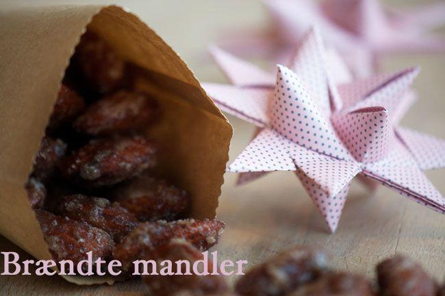 Årets første portion hjemmelavede brændte mandler - de smager så dejligt og er nemme at lave samt er super fine som en fin værtindegave