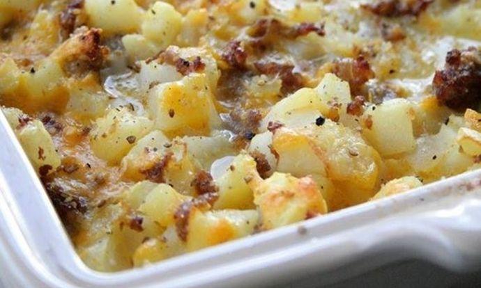 Zapečené brambory s klobásou a sýrem
