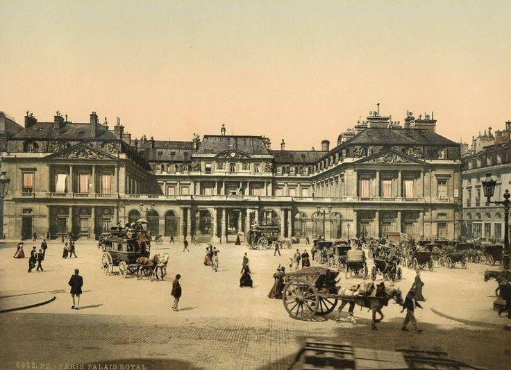 place du Palais-Royal - Paris 1er La place du Palais-Royal vers 1895. Les taxis de l'époque attendent leurs clients...