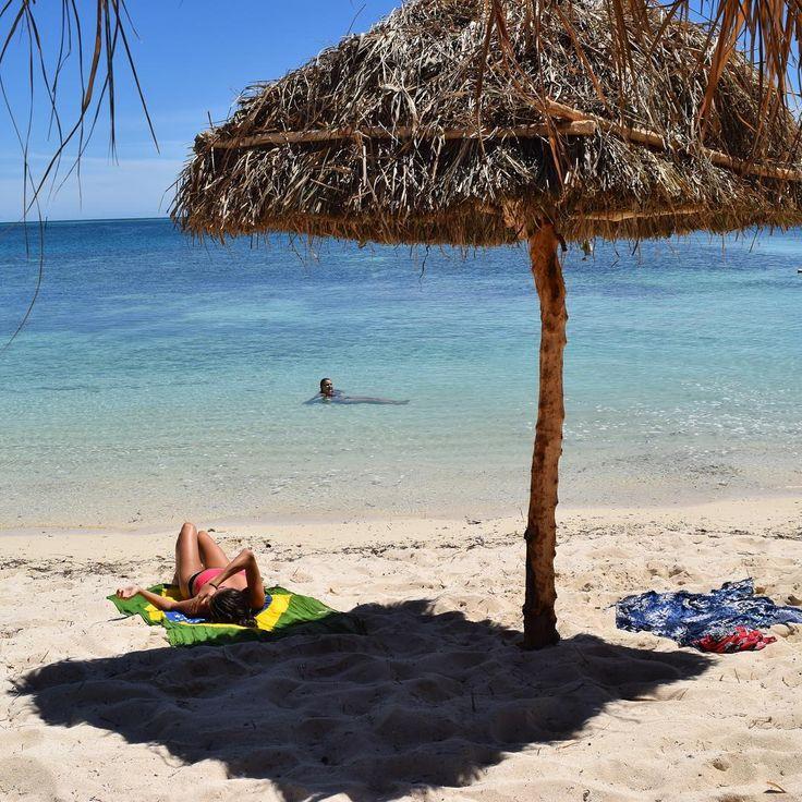 """A Brazilian girl around the world! #fijitime  . O legal de viajar por aí com a canga do Brasil é que abre oportunidade pra uma conversa (ou uma piadinha sobre a copa do mundo) a toda hora. Sem falar no apelido que fica: """"Brazilllll, vem jantar"""" ou """"Brazillll, vamos entrar na água?"""" haha  #nomadiccarol #carolprates #fiji"""