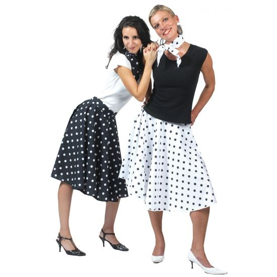 Zwarte Rock en Roll rok met bijpassende shawl. Deze jaren 50 / Rock en Roll rok is zwart van kleur en heeft witte stippen. De zwarte Rock en Roll rok kan in 3 maten worden gesteld door middel van 3 knoopjes. De verstelbare maten zijn S, M en L. Voor meer Rock en Roll artikelen kunt u ook terecht in deze winkel.