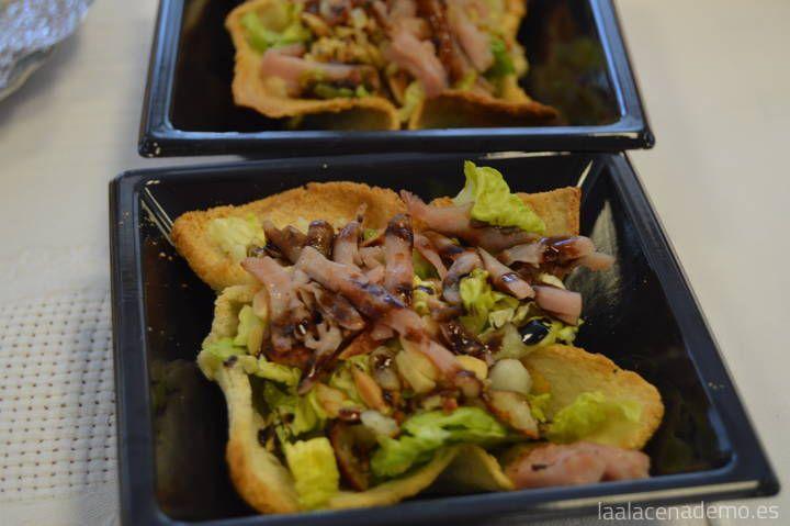 Receta de ensalada tibia con queso y almendras. Una idea genial para servir la ensalada en tu próxima celebración.