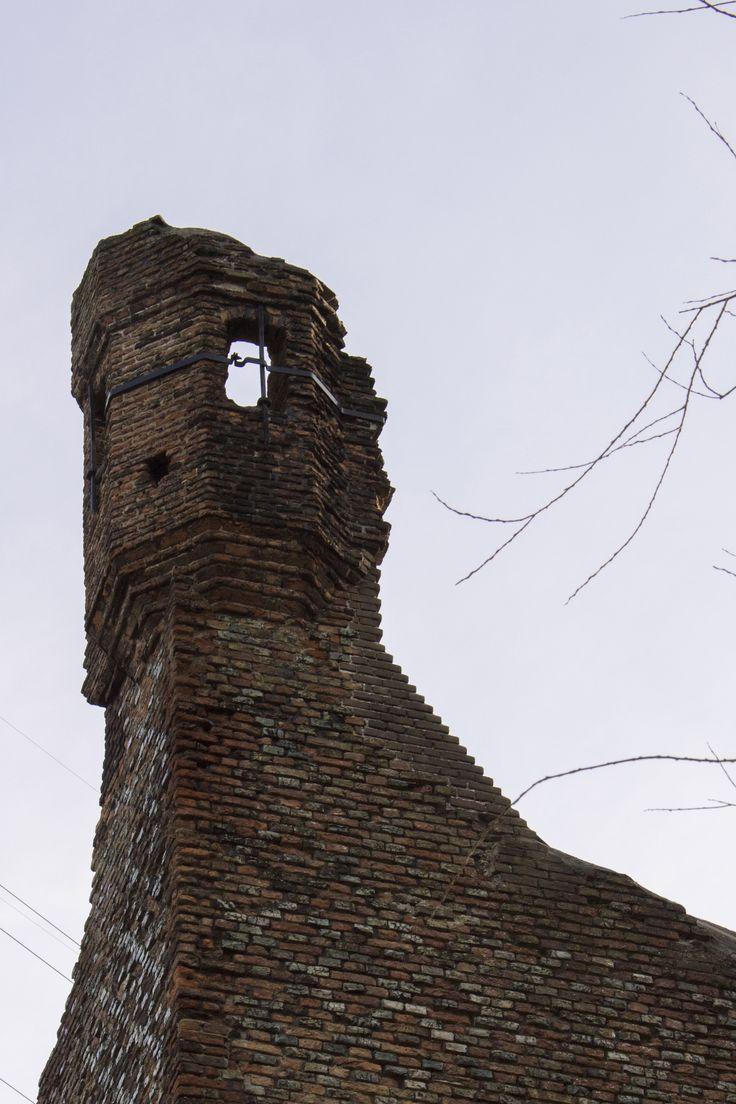 https://flic.kr/p/jqpxag | Huis te Merwede restant uitkijktoren. Deze gaf uitzicht op de Merwede. | Het restant van de Donjon. De woontoren van het Kasteel van Daniël Daniëlsz van de Merwede. Het kasteel is gebouwd in 1300. Het tweede deel is gebouwd in 1350. Tijdens het beleg van Dordrecht in 1418 door Jan van Brabant is een deel van het Kasteel geruïneerd. Tijdens de St Elisabeths-vloed van 1421 kwam het geheel in het water van de rivier de Merwede te liggen.