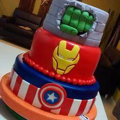 Torta de los #avengers 100 trabajo manual... 100% comestible... 100%…