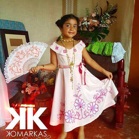 Arte en prendas de vestir KomarKas. En esta ocasión vestimos a la niña Yeika, para el bautizo de su hermana Andrea Isabella. Un vestido color rosa y corte acampanado con diseño de flores estilizadas. KomarKas el arte más cerca de ti. . . Para pedidos especiales envia tu mensaje a nuestras redes sociales o al whatsapp 6252-5153. #KomarKas #PinturaTextil #PinturaArtística #FolclorPanameño #Arte #Moda #ArteOcueño #Art #Design #Painting #Bautizo