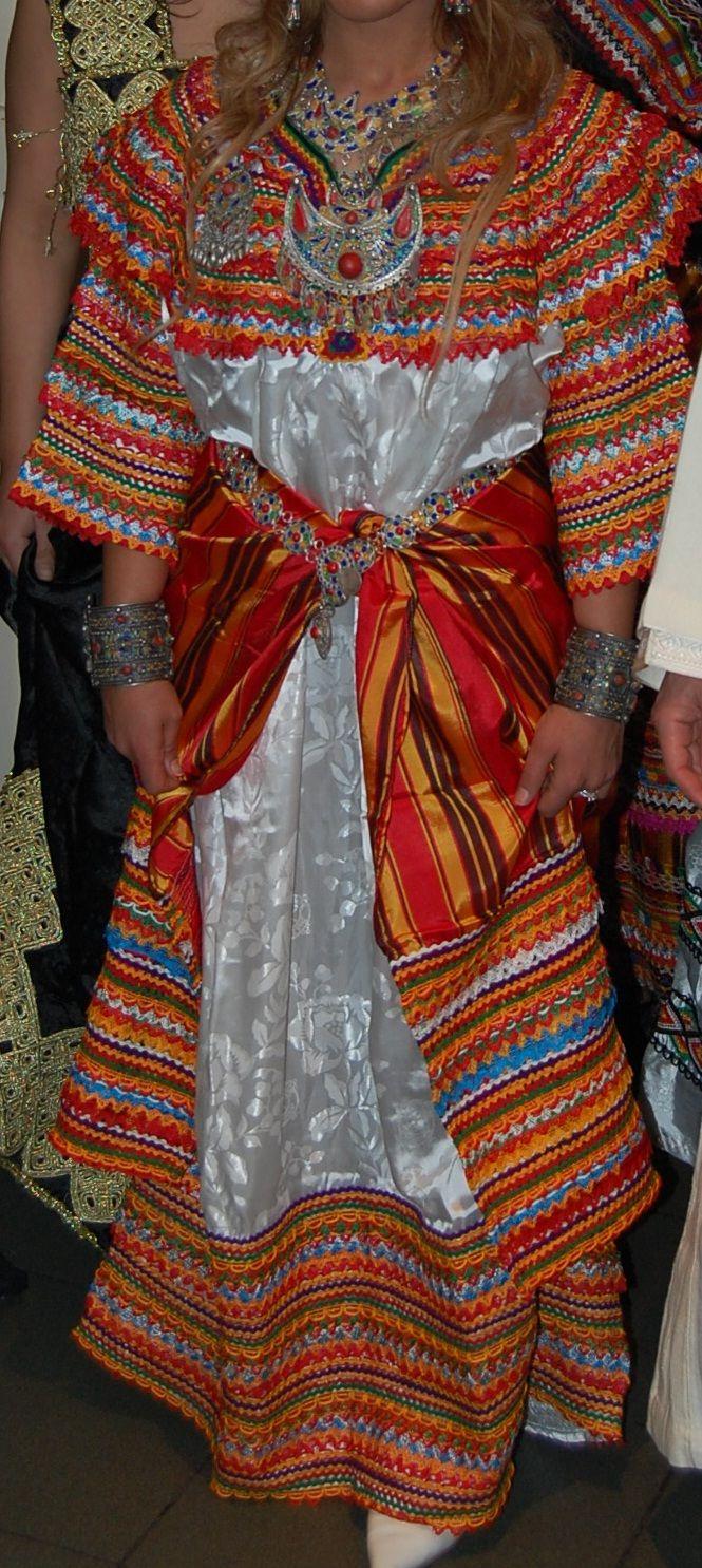 Robe kabyle et sa fouta assortie, et bijoux traditionnels de Kabylie.