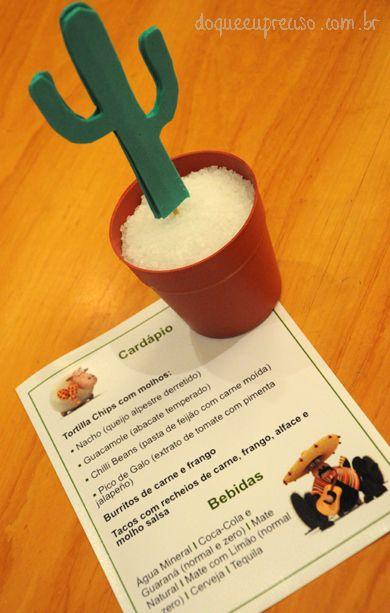 Vazos de cactos com cardápio nas mesas