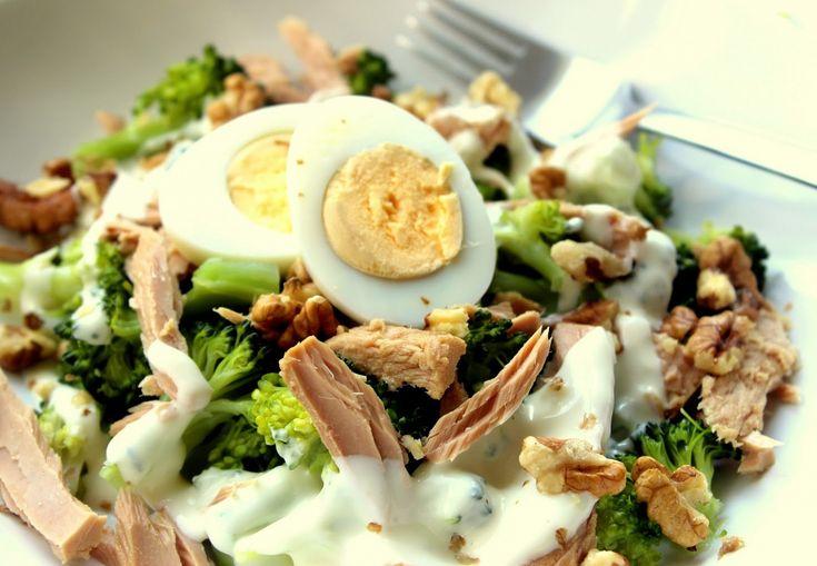 Brokolici rozebereme na růžičky a nad párou ji uvaříme do poloměkka. Mezitím v míse smícháme bílý jogurt, lžičku olivového oleje a francouzskou...