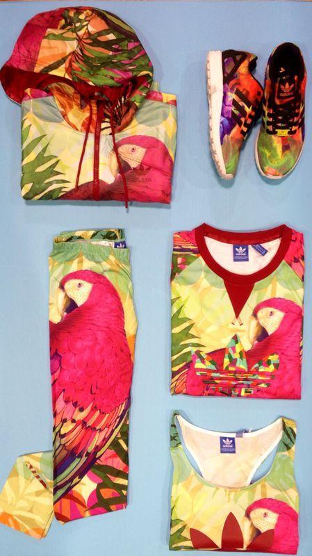 La colección #arari de #adidas está dando mucho que hablar. En esta colaboración con una conocida marca brasileña de ropa, FARM, que se caracteriza por sus diseños coloridos y llamativos, nos invitan a lucir diseños alegres incluso cuando termine el verano. - (Leggins) Arari Leggins, pvp 35€ - (Chubasquero) Arari wb , pvp 90€ - (Sudadera) Arari sweater, pvp 70€ - (Camiseta) Arari tank, pvp 35€ - (Zapatillas) Zxflux, pvp 90€