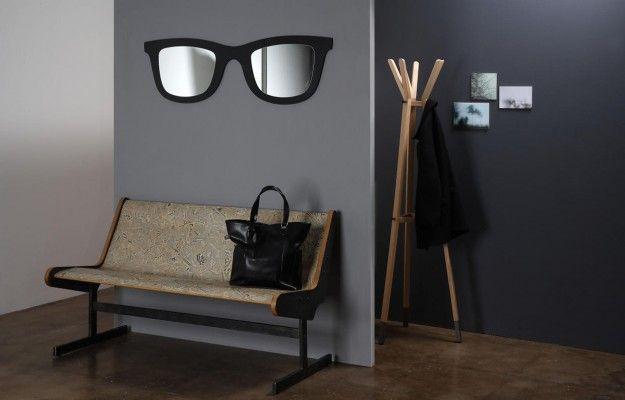 Uno specchio che ispirandosi agli intramontabili occhiali Ray-Ban si trasforma in un vero pezzo d'arredo.