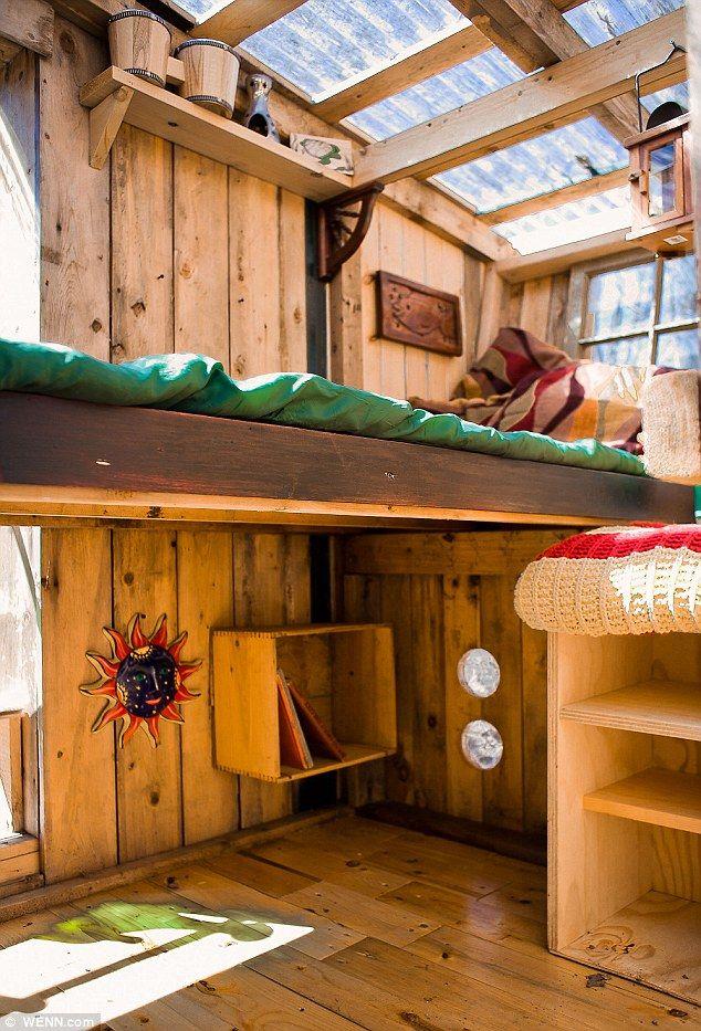 廃材とリサイクル物流パレットとポリカーボネート板で作ったコンパクトな離れのサンルームのベッドを下から