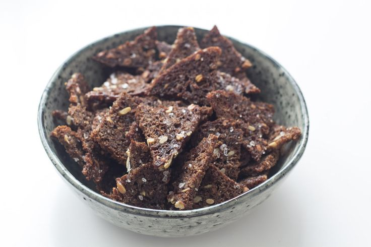 Rugbrødschips smager fantastisk og tager kun 15 minutter at lave.