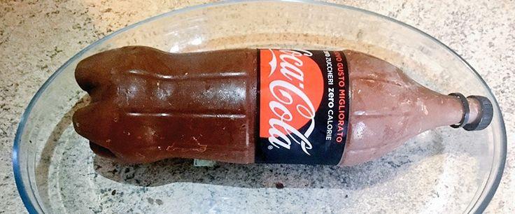 Oggi vi propongo la ricetta per realizzare una torta bella da vedere e buona da mangiare. Si tratta della torta coca cola , così chiamata non perchè tra gli ingredienti da mangiare contiente la bibita, ma si tratta di una torta a forma di coca cola tutta al cioccolato farcita con pan di spagna .
