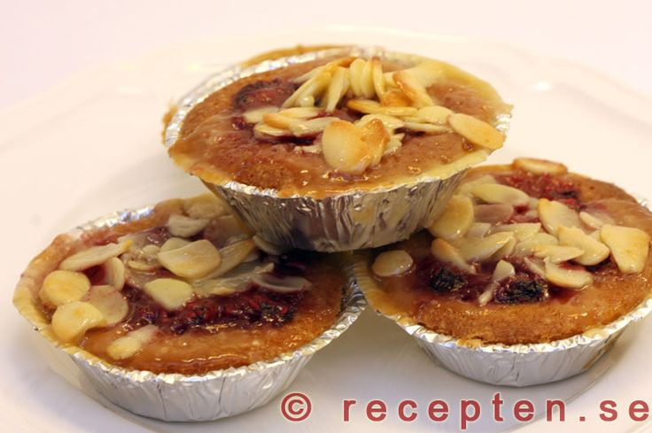 Hallontoscamuffins - Goda muffins med hallon och tosca. Receptet innehåller hallonsylt och mandelspån. Först gräddas muffinssmeten och sedan breder man över hallonsylt och toscasmet och gräddar ytterligare.