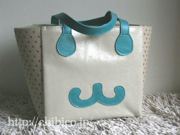 バッグそのものがニヤリと笑っているような、楽しいトートバッグです。ちょっとした外出に、ランチバッグに、メインバッグとの2個持ち用にぴったりのサイズ。中央にマグ...|ハンドメイド、手作り、手仕事品の通販・販売・購入ならCreema。